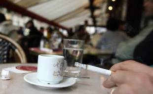 Profitant d'un répit de 24 heures à l'occasion du Nouvel An, les fumeurs ont grillé leur dernière cigarette mardi, avant l'interdiction totale de fumer dans tous les lieux publics mercredi.