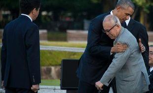 Barack Obama étreint un survivant d'Hiroshima lors de sa visite sur le site de l'explosion atomique, le 27 mai 2016