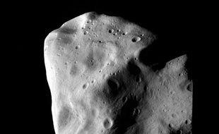 """Plus nombreux sont les petits astéroïdes géocroiseurs. Environ 6.000 objets ont été répertoriés autour de la Terre, avait mis en garde dès 2008 l'Association des explorateurs de l'espace (ASE), fondée par M. Schweickart, en présentant un rapport intitulé : """"La menace des astéroïdes : appel à une réponse globale""""."""