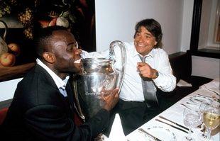 Basil Boli et Bernard Tapie avec la coupe des Champions lors de la nuit de fête suivant la victoire contre le Milan AC, le 26 mai 1993.