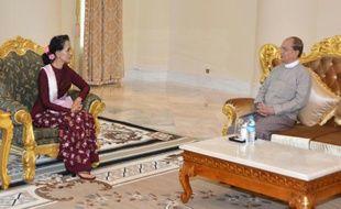 Photo publiée par Myanmar News Agency le 2 décembre 2015 du président birman Thein Sein (d) et de la dirigeante démocrate Aung San Suu Kyi à Naypyidaw