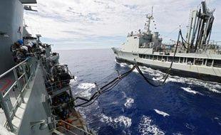 Photo distribuée par la marine australienne, prise le 7 avril 2014, montrant le HMAS Perth approvisionné en carburant en mer lors des opérations de recherche du Boeing 777 disparu de la Malaysia airlines