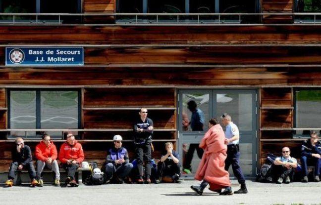 Les proches des neuf alpinistes morts jeudi dans la plus grande avalanche de ces dix dernières années dans les Alpes françaises devaient se rendre vendredi à Chamonix, où a été dressée une chapelle ardente.