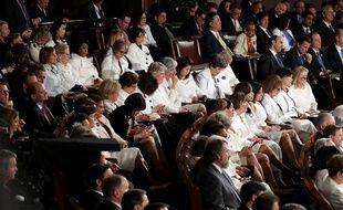Au milieu costumes-tailleurs-cravates, des femmes démocrates vêtues de blanc lors du discours du président.