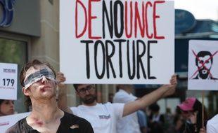 Des activistes de Reporters sans frontières manifestent devant les locaux parisiens d'Iran air agency, en 2012, pour dénoncer l'emprisonnement de journalistes en Iran.