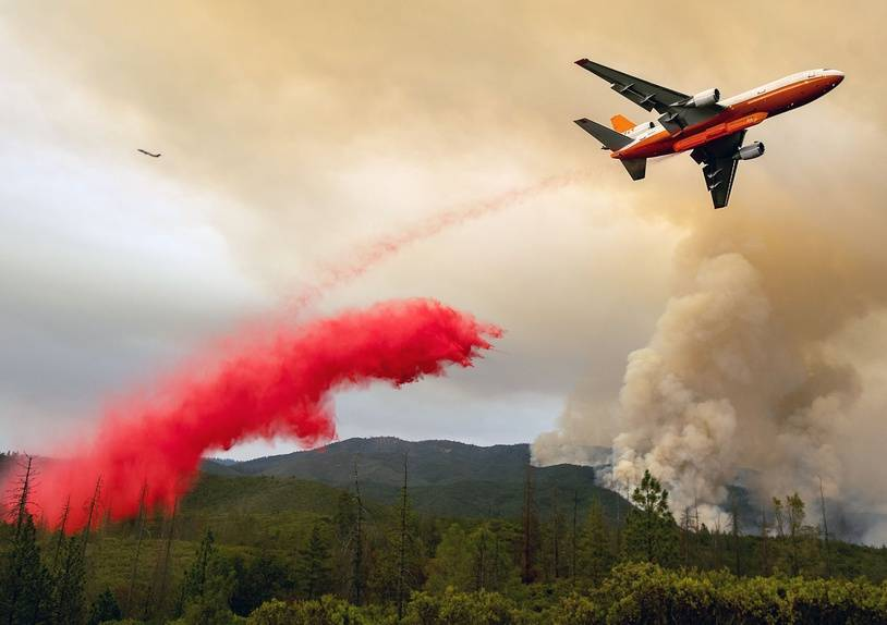 A air tanker drops retardant while battling the Ferguson fire in the Stanislaus National Forest near Yosemite National Park, California on July 21, 2018. A fire that claimed the life of one firefighter and injured two others near California's Yosemite national park has almost doubled in size in three days, authorities said Friday. The US Department of Agriculture (USDA) said the so-called Ferguson fire had spread to an area of 22,892 acres (92.6 square kilometers), and is so far only 7 percent contained.