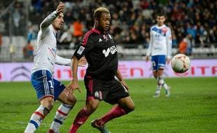 L'attaquant de l'OM Jordan Ayew au duel avec le défenseur de Lyon Milan Bisevac le 28 novembre 2012.