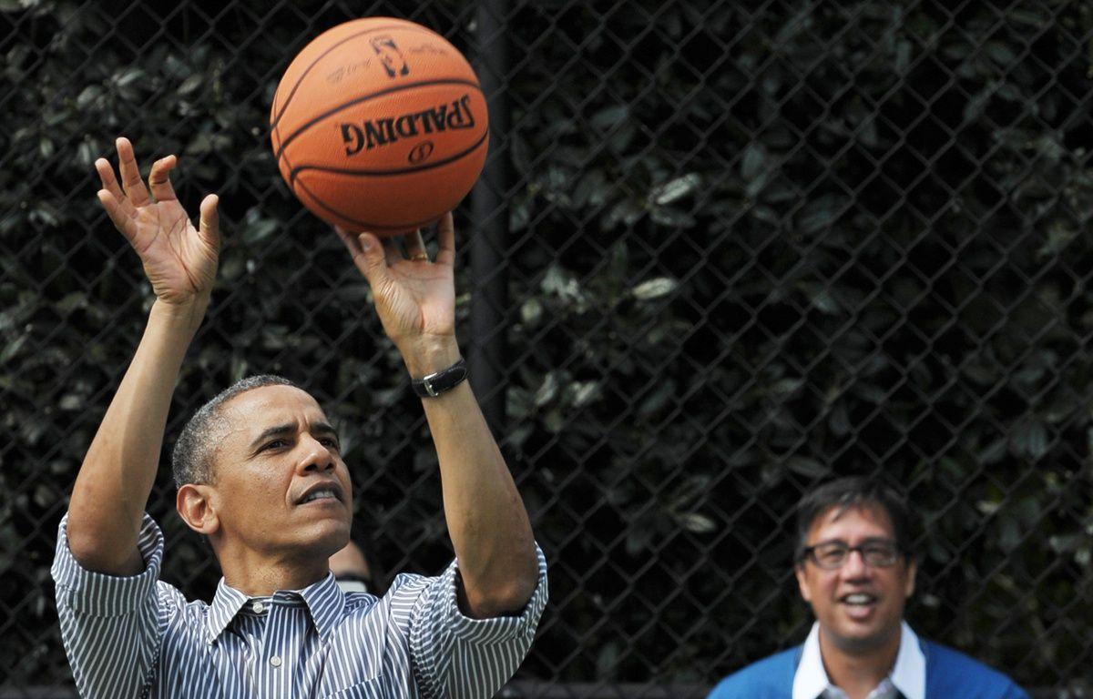 Le président américain Barack Obama jouant au basket en avril 2013 à Washington. – MANDEL NGAN / AFP