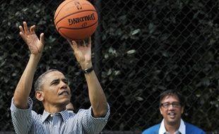 Le président américain Barack Obama jouant au basket en avril 2013 à Washington.