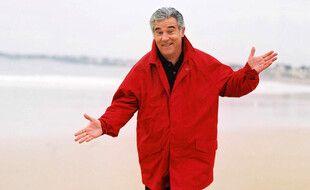 L'ancien présentateur de Thalassa Georges Pernoud est décédé en janvier 2020, à l'âge de 73 ans. Il pose ici sur la plage du Sillon, à Saint-Malo, en 2002.