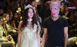 Huit mannequins ont pris le micro à tour de rôle, debout, chacune à côté d'un homme tout de noir vêtu, le visage sous un masque de cochon en référence à la campagne #balancetonporc à la Fashion Week de New York ce vendredi.
