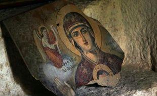 Photo prise le 14 mai 2014 d'une icône de la Vierge Marie endommagée par la guerre civile dans le monastère Saint Takla à Maalula en Syrie
