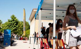 Sur le campus d'Aix-en-Provence, des étudiants attendent de se faire vacciner.