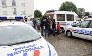 Le rassemblement avait lieu devant le commissariat de Cenon, hier.