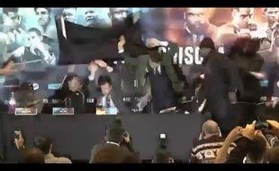 Une table est lancée lors de la conférence de presse du combat entre Dereck Chirosa et Dillian Whyte