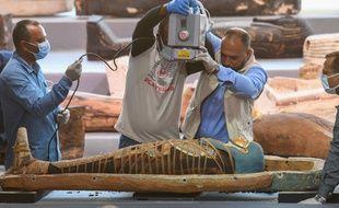 Des archéologues passent une momie aux rayons X.