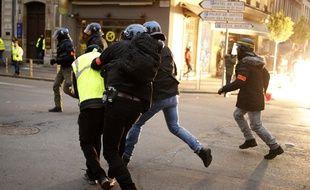 """Les forces de l'ordre tentent de maîtriser un """"gilet jaune"""" à Rouen, le 5 janvier 2019 (image d'illustration)."""