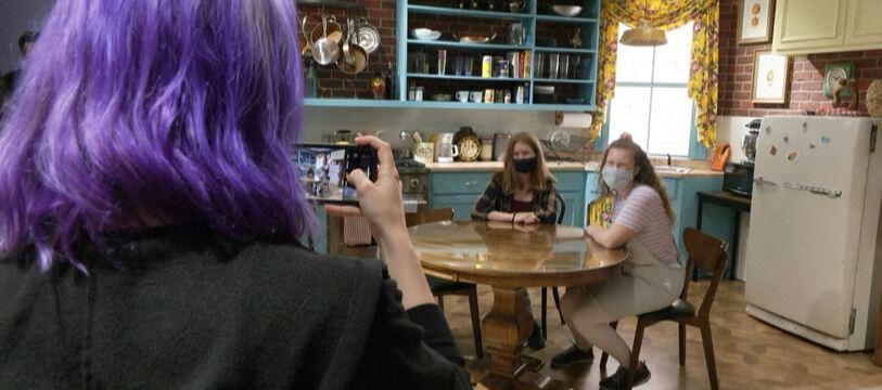 Des fans de Friends se prennent en photo dans l'exposition pop-up «The One in Chicago» («Celui à Chicago»)