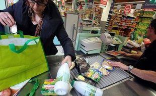 La consommation des ménages français a bien résisté en mai, continuant de progresser de 0,4% essentiellement grâce à un rebond des achats de textile et de cuir, selon les chiffres publiés vendredi par l'Institut national de la statistique et des études économiques (Insee).