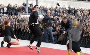 La vidéo du tube planétaire Gangnam Style galopait vendredi vers les un milliard de vues sur YouTube, un record historique pour le chanteur sud-coréen Psy et sa célébrissime danse du cheval invisible, phénomène musical de l'année 2012.