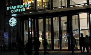 La chaîne américaine de cafés Starbucks a été accusée par des médias chinois de gonfler exagérément ses prix en Chine, devenant la dernière en date d'une longue liste de firmes étrangères dénoncées pour leurs pratiques commerciales dans le pays.