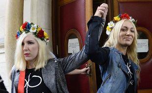 L'Ukrainienne Inna Shevchenko, leader des Femen, et une autre membre du groupe féministe le 13 septembre 2013 à Paris.