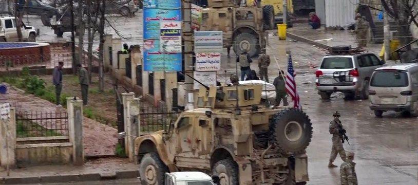 Des soldats américains patrouillent à Minbej, en Syrie, le 16 janvier 2019, après un attentat revendiqué par Daesh.