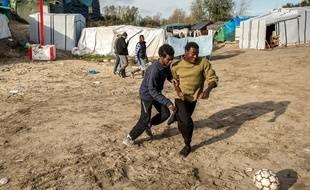 Des migrants jouent au foot à Calais le 29 octobre 2015.