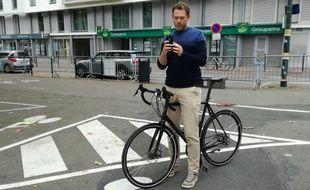 Un cycliste effectue un signalement sur l'appli Vigilo, à Nantes.