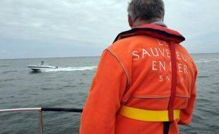 Un membre de la SNSM (Société Nationale de Sauvetage en Mer), basée à Arcachon, participe à une présentation des divers moyens de secours en mer, le 19 mai 2009, avant l'arrivée des touristes