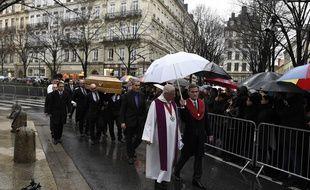 Près de 600 personnes sont rassemblées autour de la cathédrale Saint-Jean pour assister de l'extérieur, aux obsèques de Paul Bocuse. JEAN-PHILIPPE KSIAZEK/ AFP