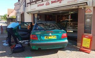 La voiture est rentrée dans la vitrine de la boulangerie, à Woerth, dans le Bas-Rhin.