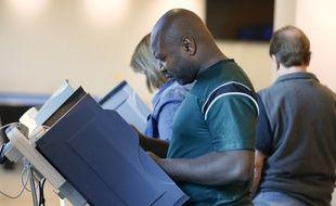 Un Afro-américain vote lors de l'élection américaine, le 25 octobre 2016.