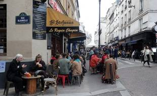 Des Parisiens en terrasse en mai 2021.