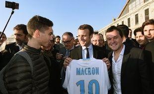 Emmanuel Macron avec un maillot de l'OM à son nom... Bon, c'est du Adidas et pas du Macron en revanche...