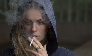 Illustration d'une jeune fille qui fume. Pour 96% des adolescents le tabac est la 1e cause des cancer selon une étude inédite sur les jeunes et le cancer pour la Ligue contre le cancer.