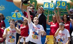 Joey Chestnut, le plus gros mangeur de hot-dogs du monde.