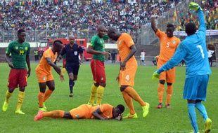 Serge Aurier est resté inanimé au sol après un choc à la tête lors de Cameroun-Côté d'Ivoire, le 10 septembre 2014.