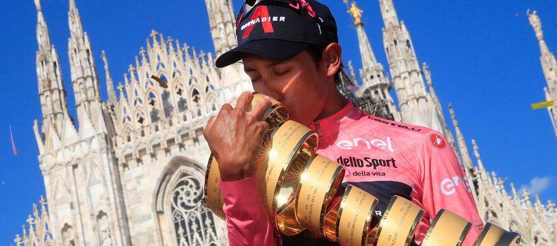 Egan Bernal embrasse le trophée du Tour d'Italie devant la cathédrale de Milan, le 30 mai 2021.