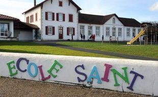 La fillette de cinq ans qui avait été extraite en janvier de la cantine scolaire d'Ustaritz (Pyrénées-Atlantiques) par une policière municipale pour cause d'impayés, a été confiée par un juge à une famille d'accueil, a-t-on appris vendredi auprès du parquet de Bayonne.