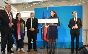 La maire de Paris Anne Hidalgo (C) et le Premier ministre Manuel Valls (G), le 17 juin 2016 à Paris