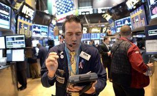 La Bourse électronique américaine Nasdaq a suspendu jeudi à la mi-séance le courtage de toutes les actions et options sur actions en raison d'un problème technique.