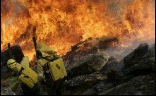 Une lutte désespérée contre le feu se livrait samedi sur la côte et autour de grandes villes de la région espagnole de Galice (nord-ouest), dévastée depuis plus d'une semaine par des centaines d'incendies d'origine criminelle.