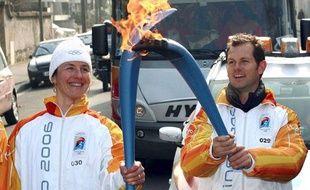 Edgar Grospiron porte la flamme olympique à Turin en 2006.