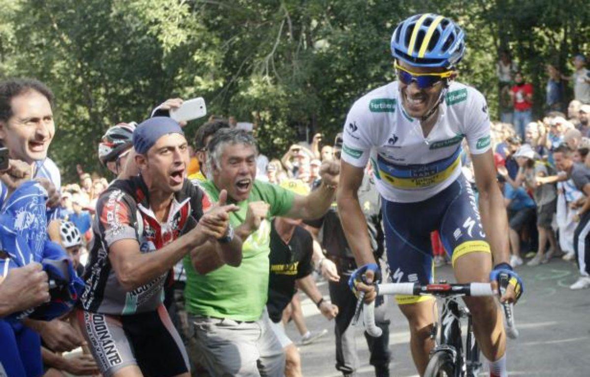Le coureur espagnol de l'équipe Saxo Bank, Alberto Contador, encouragé par les supporters espagnols le 1er septembre 2012. – J.Etxaburu/REUTERS