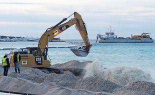 La conduite connectée au bateau recrache un mélange sable-eau