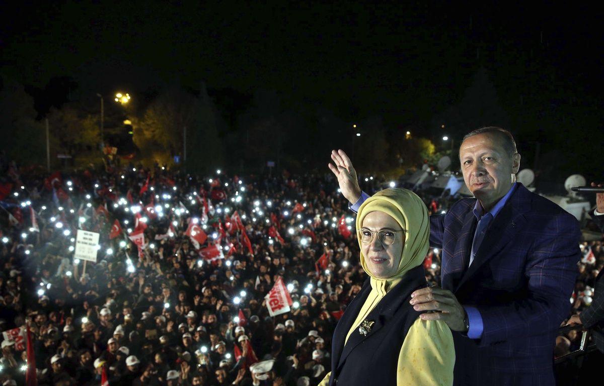 Le président turc Recep Tayyip Erdogan pose avec sa femme, Emine Erdogan, devant des partisans le 16 avril 2017 à Istanbul. – Yasin Bulbul/AP/SIPA