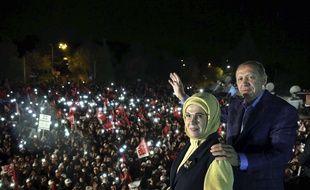 Le président turc Recep Tayyip Erdogan pose avec sa femme, Emine Erdogan, devant des partisans le 16 avril 2017 à Istanbul.