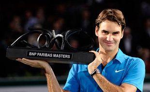 Roger Federer peut enfin porter son trophée consacrant sa victoire sur Jo-Wilfried Tsonga en finale du Masters de Bercy, le 13 novembre 2011.