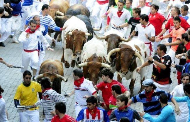 Vêtus de blanc, foulard rouge autour du cou, des milliers de passionnés se pressaient dans le centre de Pampelune vendredi, un verre de bière ou de sangria déjà à la main, pour le lancement des San Fermin, les plus célèbres fêtes taurines d'Espagne.